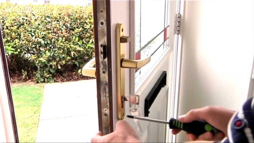 باز کردن پیچ دستگیره درب